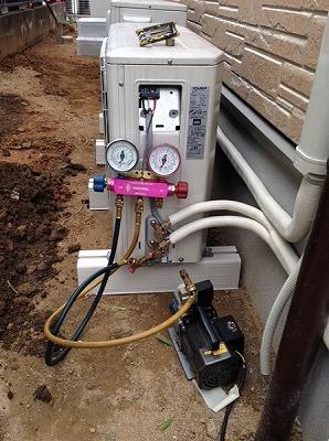 真空引きは電動式ポンプで行います。